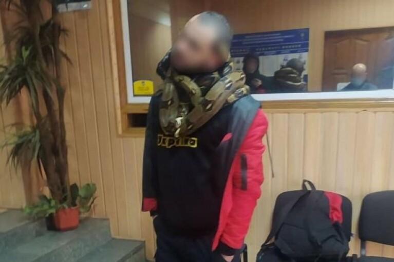 Полиция в Киеве задержала пьяного со змеями на шее (ФОТО)