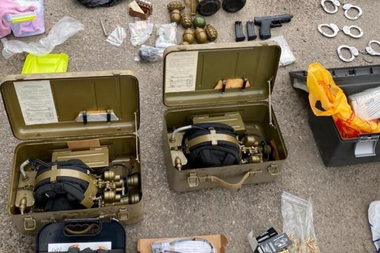 В гараже у харьковчанина нашли арсенал: гранатометы, пулеметы и пистолеты (ФОТО)