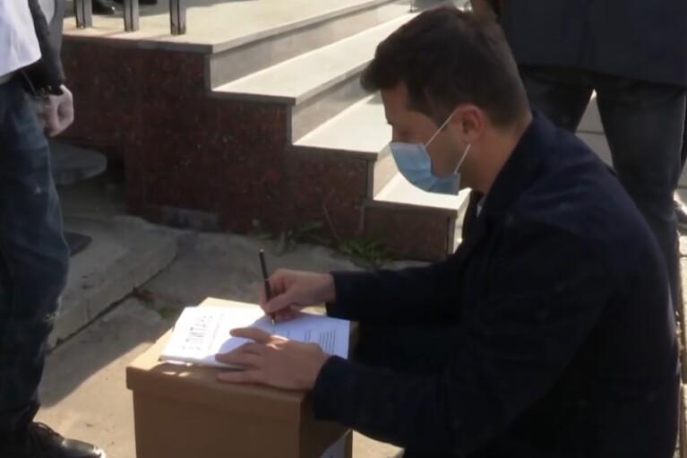 На картонной коробке. Как Зеленский ответил на свои же пять вопросов (ВИДЕО)