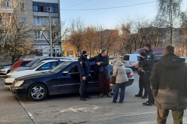 У Луцьку чоловік побився з поліцією через відсутність маски (ФОТО)