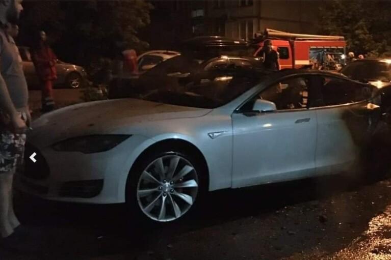 Полиция открыла дело из-за поджога в Киеве Tesla, которая может принадлежать Богдану (ФОТО)