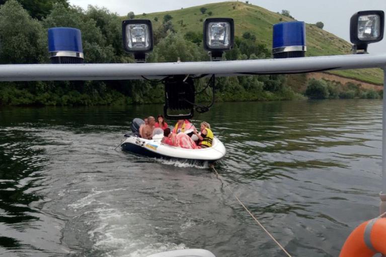 На Хмельниччині врятували сімох людей, які дрейфували на несправному човні