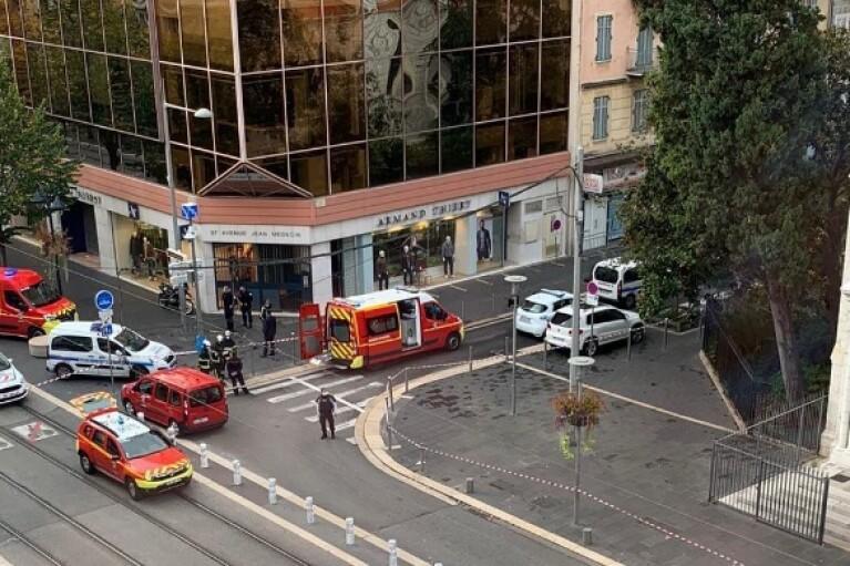 Теракт в Ницце: три человека погибли, одной из жертв отрезали голову (ФОТО)