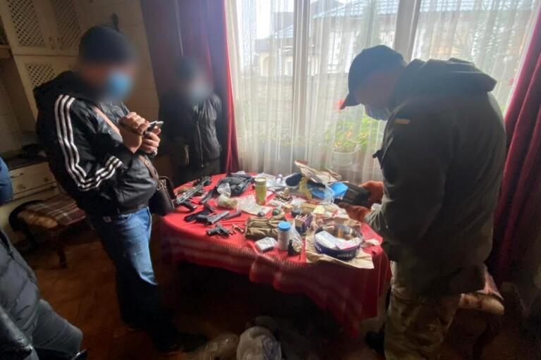 Під Харковом затримали чоловіка, який купляв зброю через інтернет і сам збирав (ФОТО)