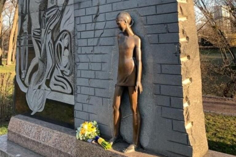 Зеленський заочно вшанував пам'ять жертв нацистських таборів кошиком квітів (ФОТО)