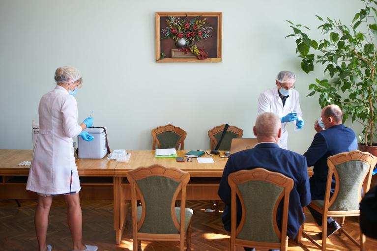Щоб ніхто не відкрутився: Депутатів Івано-Франківської міськради вакцинували прямо під час сесії