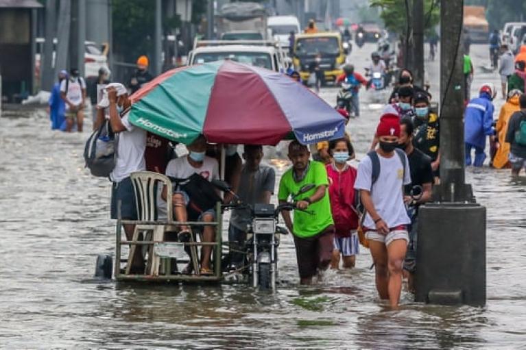 На Филиппинах из-за сильного наводнения эвакуировали 15 тысяч человек (ФОТО)
