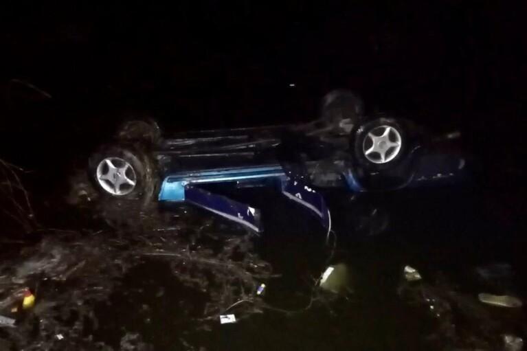 """В Черкасской области """"ВАЗ"""" съехал в пруд, погибли трое людей"""