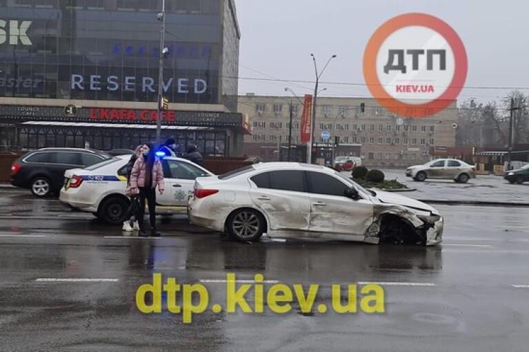 У Києві авто на світлофорі протаранило шість автомобілів (ФОТО, ВІДЕО)