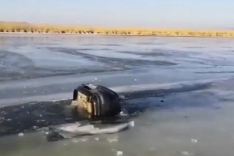 У Росії сім'я з трьома дітьми потонула, провалившись під лід на машині (ВІДЕО)