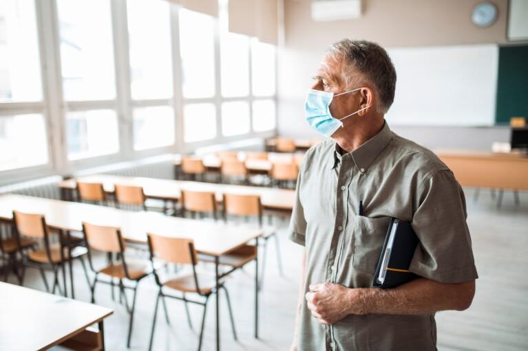 Дороги замість масок. Скільки влада заощадила на вчителях і чи слід чекати нового спалаху коронавіруса