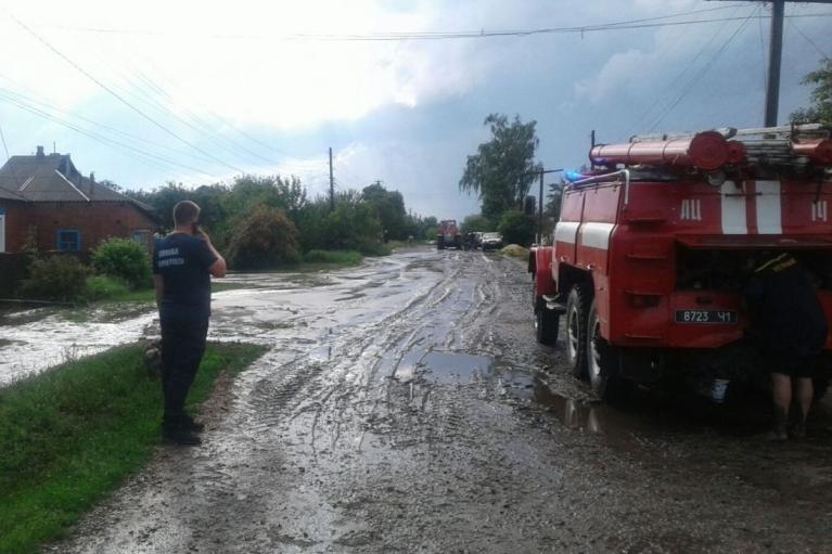 Из-за сильного ливня в поселке на Харьковщине подтопило 26 домов (ФОТО)