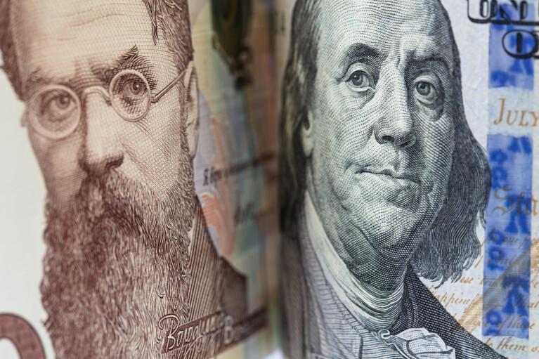 Доллар растет. Что давит на курс и стоит ли бежать в обменники
