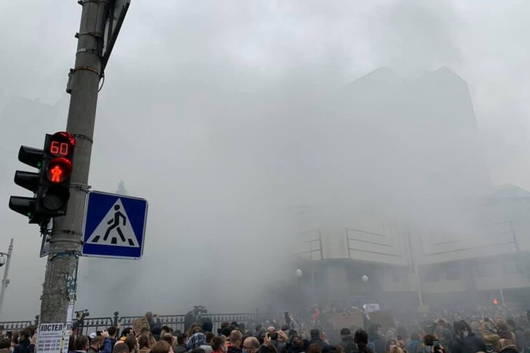 Протестующие забросали КСУ презервативами и отправились на Банковую (ВИДЕО)
