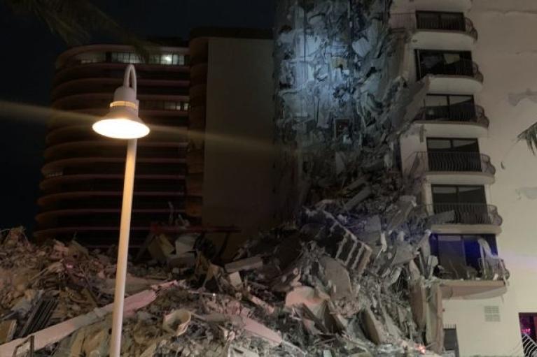 Возле Майами рухнул многоэтажный дом, под завалами находятся люди (ФОТО, ВИДЕО)