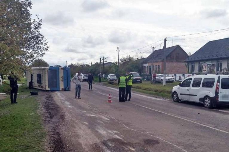 На Рівненщині перекинувся автобус: четверо людей у лікарні (ФОТО)