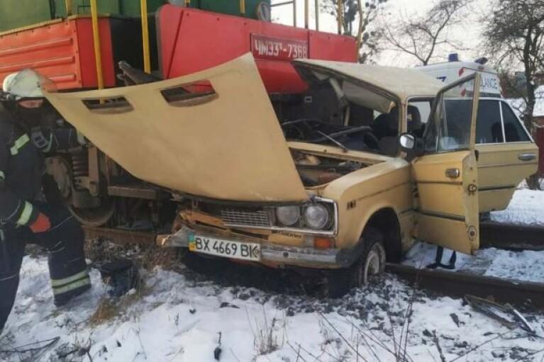 В Виннице поезд протаранил авто: водителя забрала скорая (ФОТО)