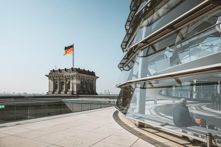 Вибори в Німеччині: двоє політиків-консерваторів претендують на посаду канцлера