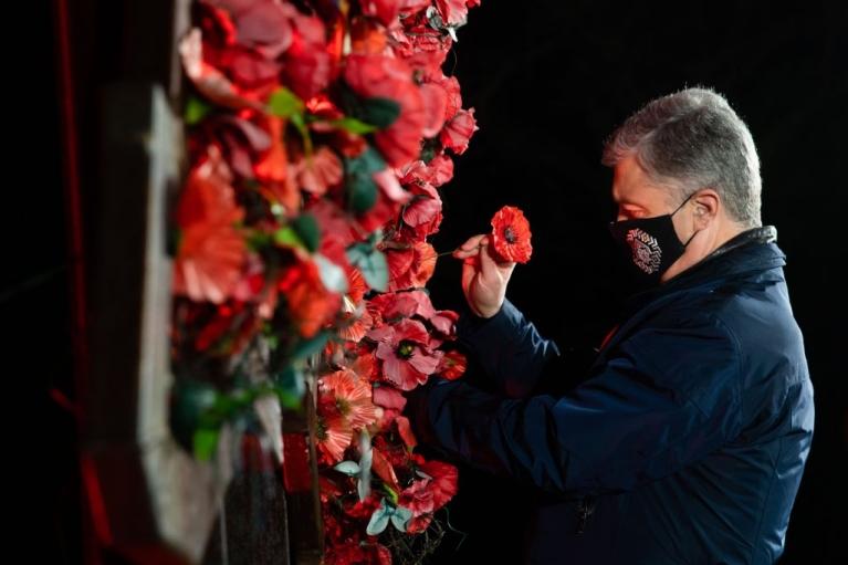"""""""Никогда снова параноики-тираны не сменят границ в Европе"""": Порошенко напомнил о цене победы над нацизмом"""
