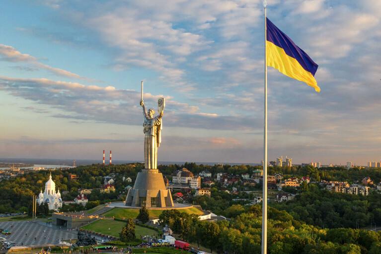 В Киеве приспустили самый большой флаг Украины: названа причина
