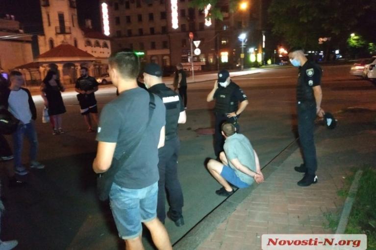 В центре Николаева между двумя компаниями произошел конфликт со стрельбой: есть раненые (ФОТО)
