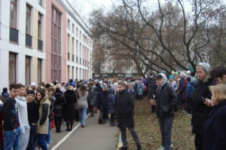 В Донецке массово эвакуируют школьников, силовики ищут взрывчатку