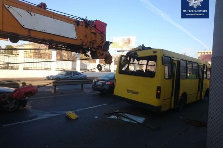 Вантажний кран протаранив маршрутку в Одесі, є постраждалі (ФОТО)
