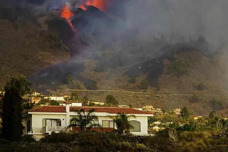 Извержение вулкана на Канарах: разрушены уже более 160 домов