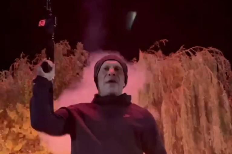 Випустив автоматну чергу під феєрверк позаду: Кива записав дивне відео у річницю вбивства Бандери