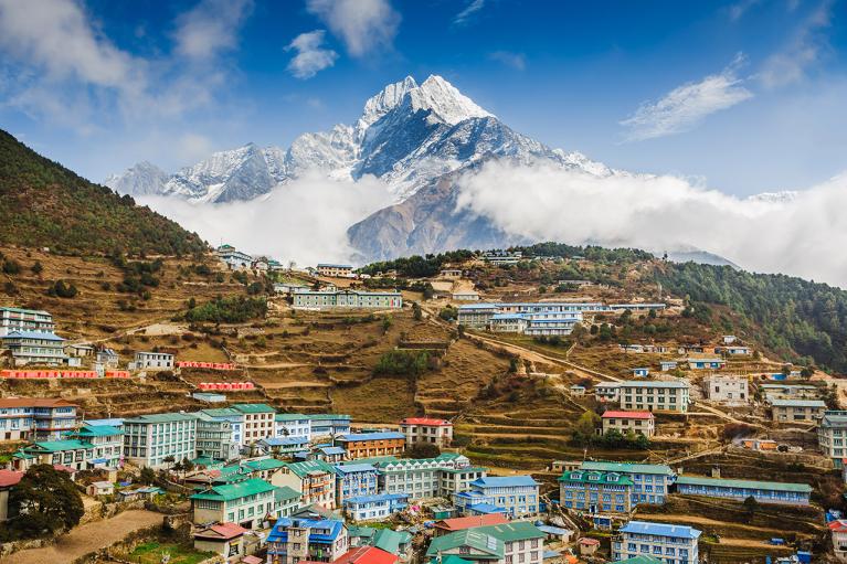 80 украинских туристов не могут вернуться из Непала: у Кулебы назвали причину