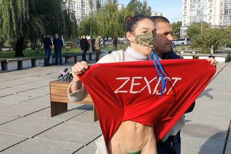 Активистка Femen задрала юбку перед Зеленским (ФОТО, ВИДЕО 18+)