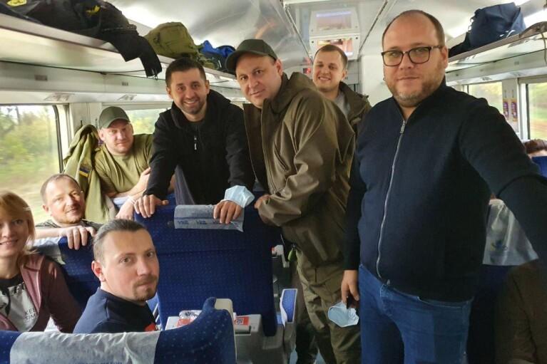 """Розважальна прогулянка на фронт. Як """"слуги"""" розважаються на Донбасі перед виборами"""