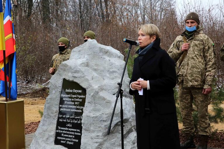 На місці вбивства Аміни Окуєвої відкрили меморіал (ВІДЕО)