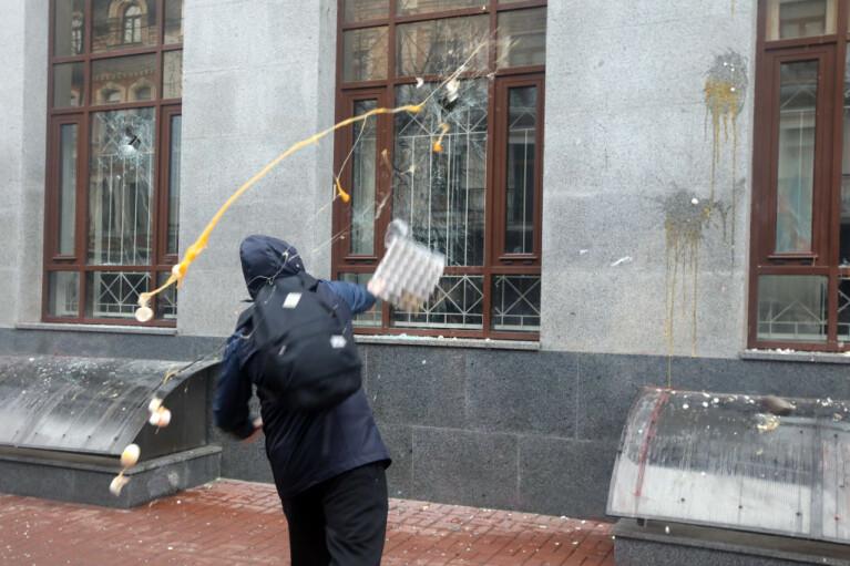 Тухлые яйца и узбекские наркокурьеры. Какой Кремлю видится война против РФ