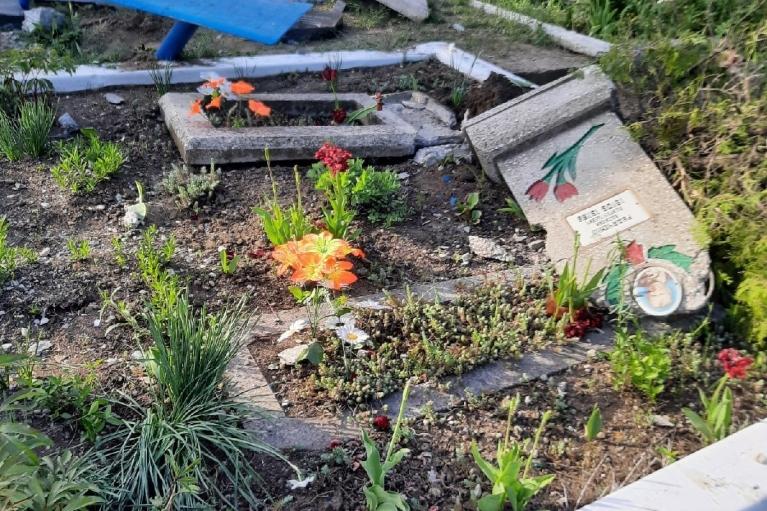 """Террористы """"ЛНР"""" изуродовали кладбище, прокатившись по нему танком (ФОТО)"""