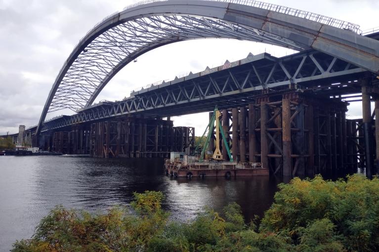 Фіскали підозрюють ухилення від податків при будівництві Подільського мосту