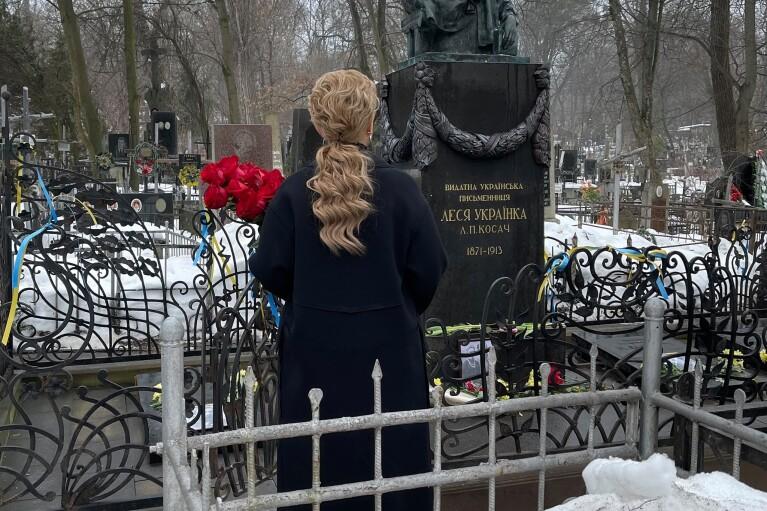 Тимошенко выложила одинокое фото среди могил