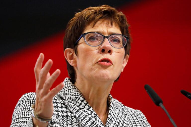 """""""Создала реальную угрозу для Европы"""": Министр обороны Германии обеспокоена действиями РФ"""