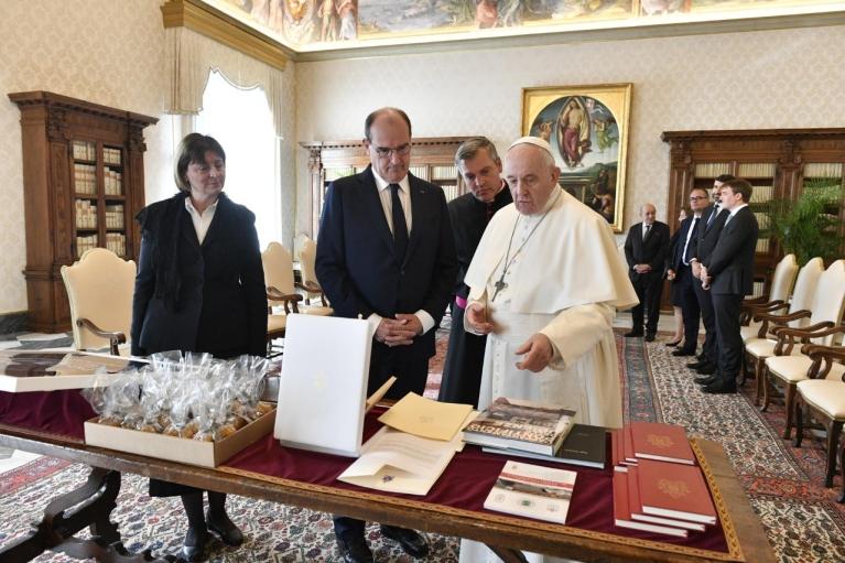 Прем'єр Франції подарував Папі Римському Франциску футболку ПСЖ з автографом Мессі