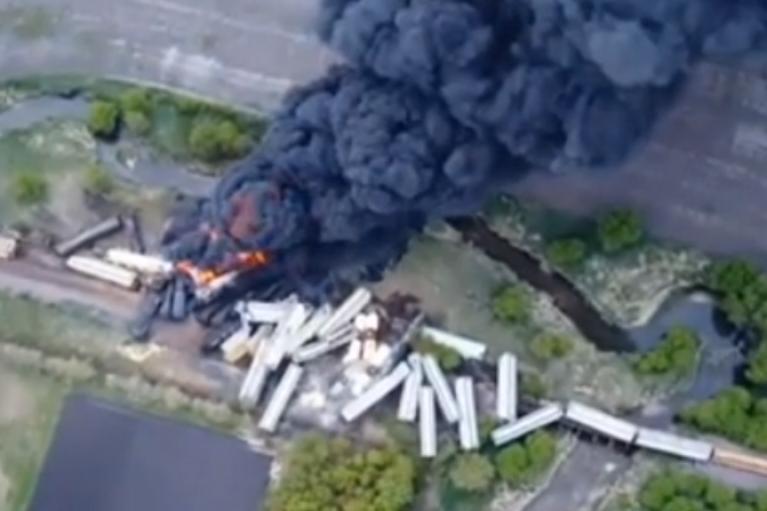 В США сошли рельсов и загорелись полсотни вагонов с химикатами (ФОТО, ВИДЕО)