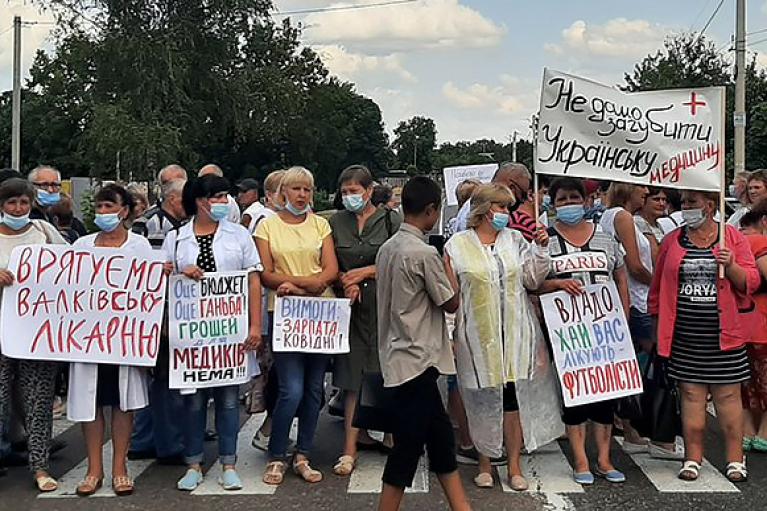 На Харьковщине медики перекрывали дорогу из-за задолженности по зарплате (ФОТО)