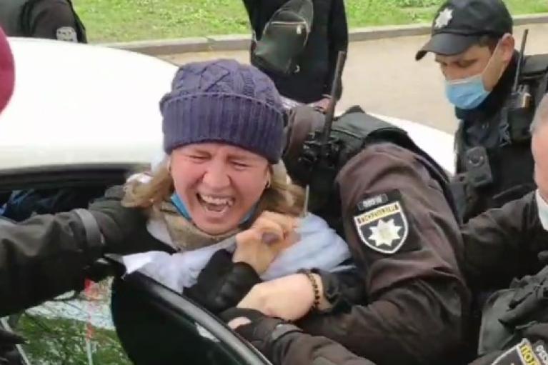 Поліція жорстко затримала активістів SaveФОП біля Кабміну (ВІДЕО)