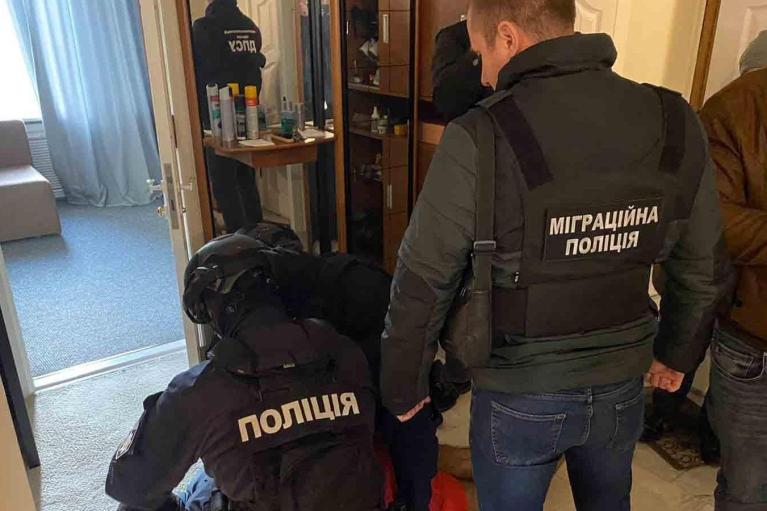 На Буковині перекрили канал незаконної міграції: нелегалів переправляли, видаючи за студентів (ФОТО, ВІДЕО)