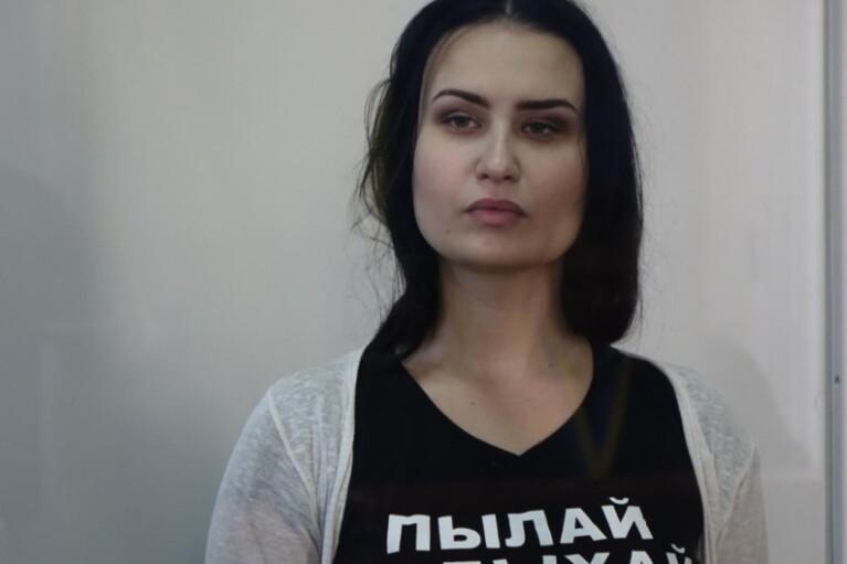 Активістці Femen присудили 2 роки обмеження волі і штраф за підпал трамвая Roshen (ДОКУМЕНТ)