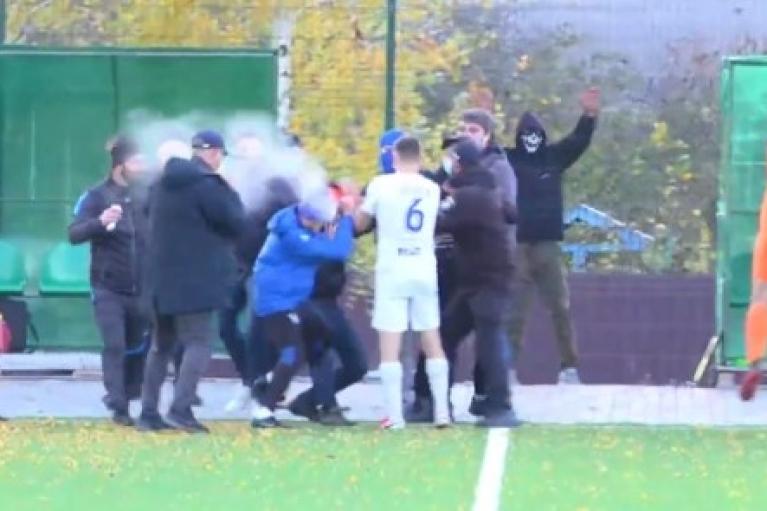 Футбол: матч Второй лиги Украины закончился дракой на поле между болельщиками (ВИДЕО)