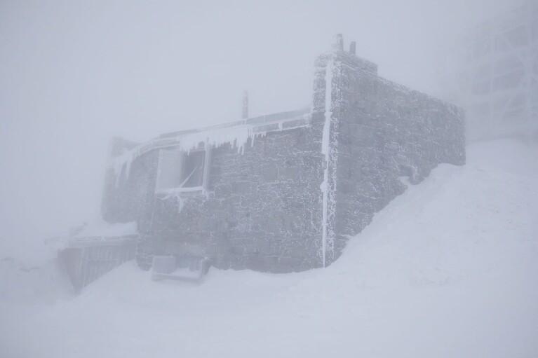 Зима повернулась: на горі Піп Іван Чорногірський знову сніжить