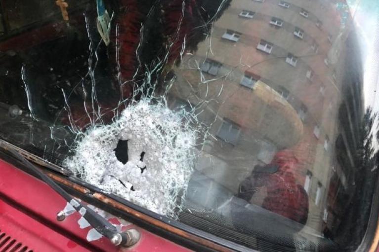 У Чернівцях під час руху обстріляли автомобіль (ФОТО)