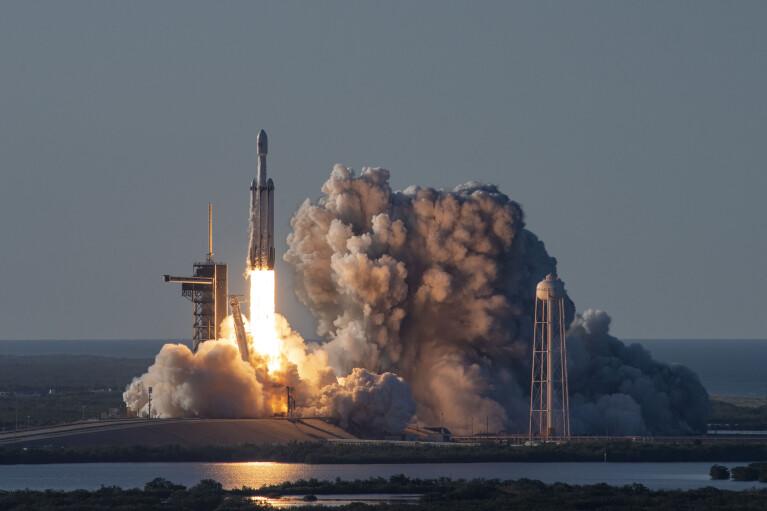 Японский миллиардер собирает команду для полета на Луну (ВИДЕО)