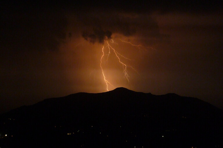 Гроза, град і шквали: у низці регіонів України оголосили штормове попередження