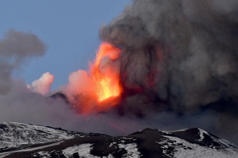"""На Сицилії почалося виверження Етни: на округу обрушився """"дощ"""" з попелу (ФОТО, ВІДЕО)"""